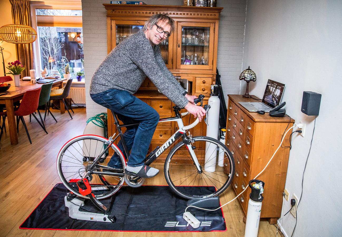 Ex-coronapatiënt op de hometrainer thuis in Dordrecht.