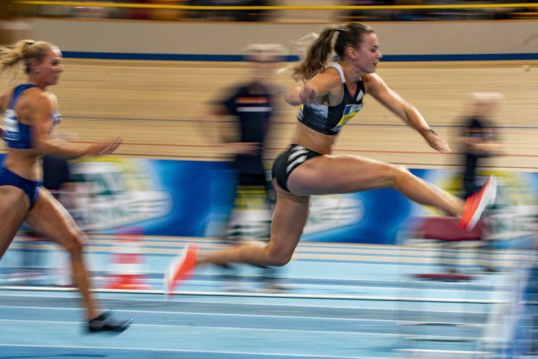 Nadine Broersen (L) en Nadine Visser in actie op het onderdeel 60 meter horden tijdens het Nederlands kampioenschap Indoor Atletiek.  Beeld ANP