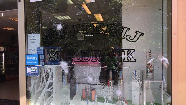 Schade aan het raam van de slijterij Beeld Josien Wolthuizen