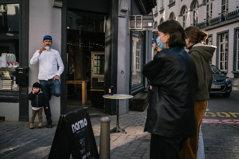 Jens Oris bij zijn koffiebar Normo in Antwerpen.  Beeld Wouter Van Vooren