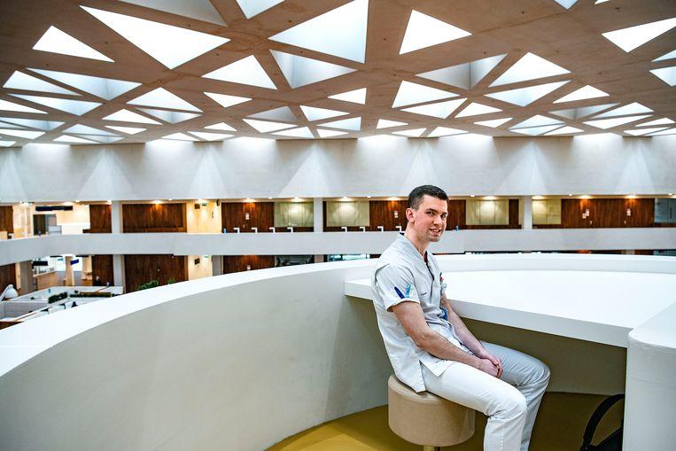Remco Mourik, leerling verpleegkunde van het Zadkine college in het Erasmus Medisch Centrum.  Beeld Guus Dubbelman / de Volkskrant