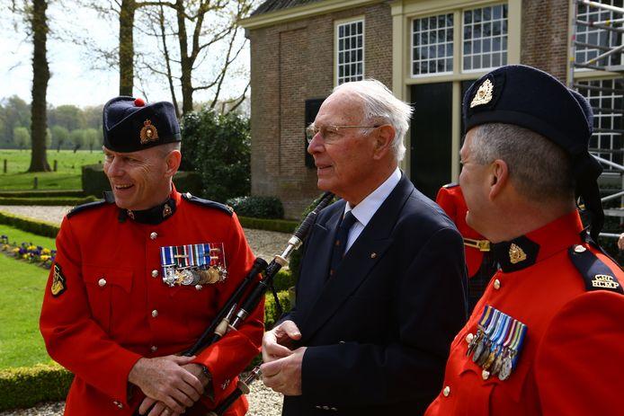 Jan Sievers praat met twee leden van de Pipes and Drums van de Royal Canadian Mounted Police die hem als eerbetoon begin mei 2015 een aubade brachten.