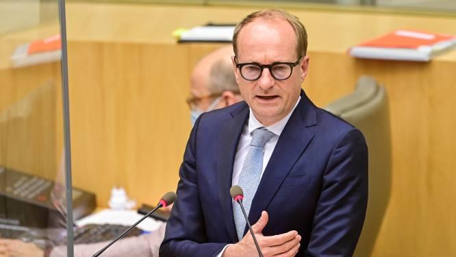 Minister Weyts kondigt meer dan 100 miljoen euro aan besparingen aan in onderwijs en zal snijden in investeringen