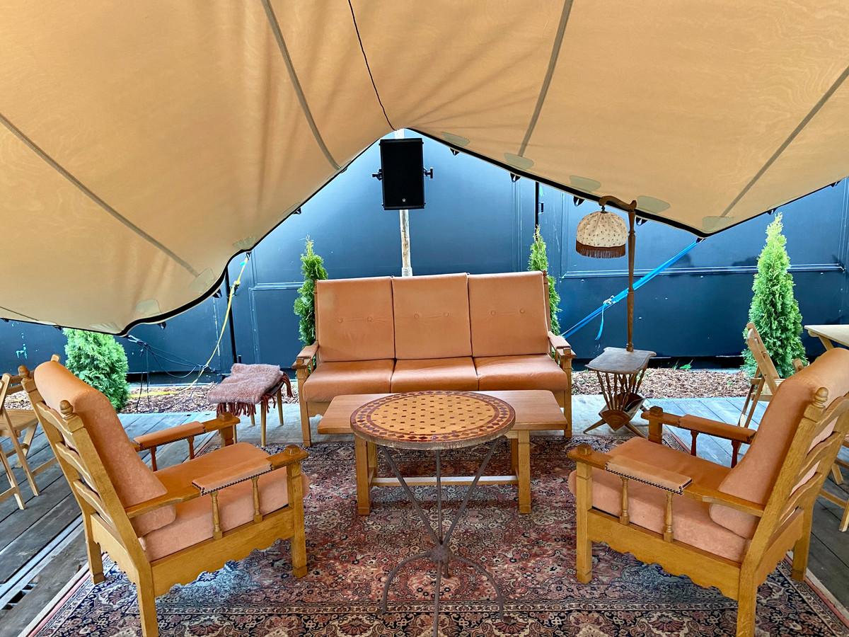 Bommalounge onder de tent