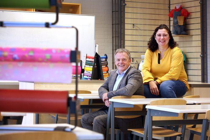 Locatiedirecteur Johan Michielsen en Esmeralda Nederlof hebben beide lang samengewerkt met Loes Verpalen. Hier zitten zij in haar kleurrijke lokaal op het Tessenderlandt in Breda.