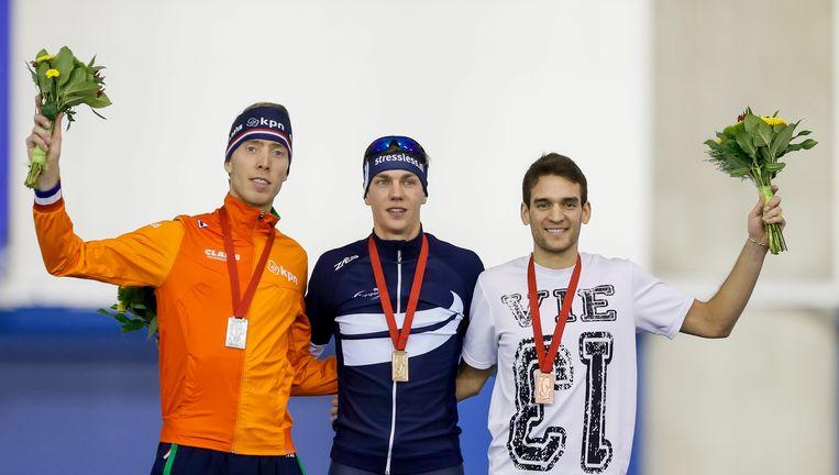 Jorrit Bergsma, Bart Swings en Reyon Key (vlnr) op het podium na de mass-start. Beeld ap