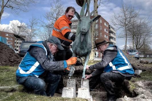 Gerard Fransen en Peter Pel zijn bezig met het terugplaatsen van Geiten, het kunstwerk aan de Boulevard in Bergen op Zoom.