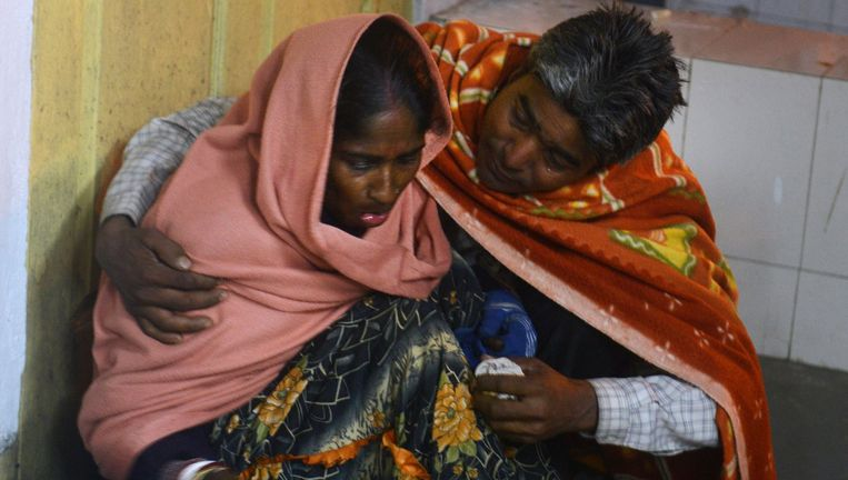 Een gewonde vrouw wacht op behandeling in het ziekenhuis. Beeld afp