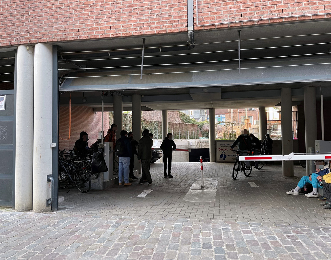 Hangjongeren aan parking Denon in de Wieringstraat