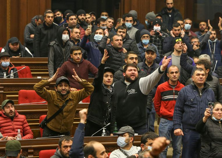Honderden demonstranten bestormden het regeringsgebouw in de Armeense hoofdstad Jerevan. Beeld VIA REUTERS