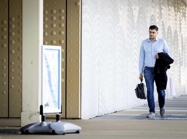 Advocaat Yassine Bouchikhi arriveert bij de extra beveiligde rechtbank op Schiphol voor een zitting in het grote liquidatieproces Marengo.  Beeld ANP