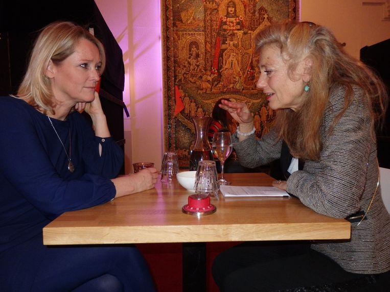 Fransje Bannenberg (r) schreef zich in voor een blind date met Antoinette Hertsenberg (Radar). Beeld -