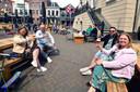Stamgasten Debbie en Bas van Tetering (l) en Ferry en Tamara Jongenelen zijn blij dat ze eindelijk weer een biertje kunnen drinken bij 'hun' Wapen van Roosendaal.