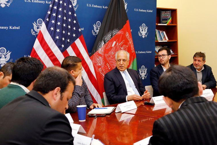 Zalmay Khalilzad spreekt tijdens een rondetafelgesprek de Afghaanse media toe. Beeld REUTERS