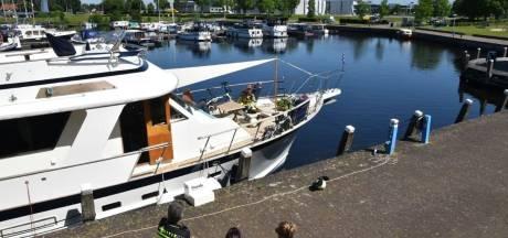 Motorboot begint plots te roken in haven van Vollenhove: brandweer schiet te hulp