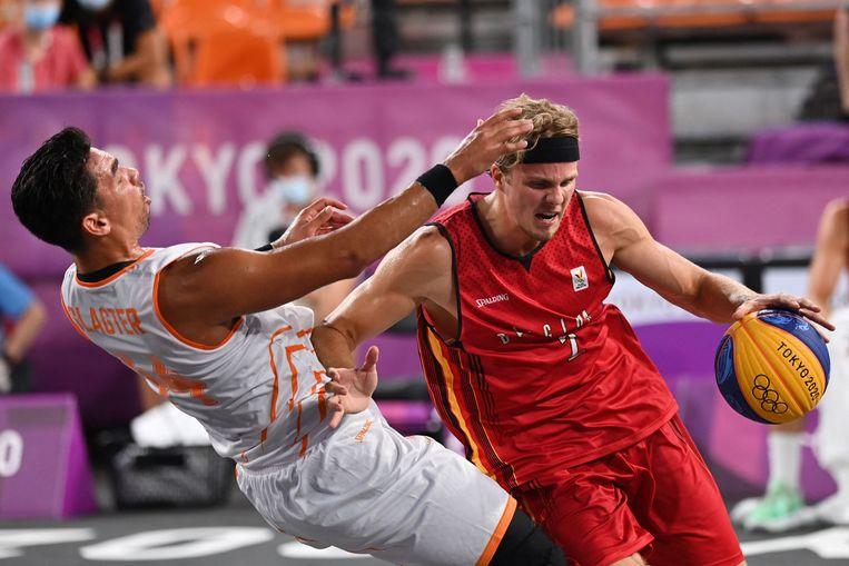 De Belgische scherpschutter Thibaut Vervoort dribbelt voorbij de Nederlander Arvin Slagter op de Spelen in Tokio. Beeld AFP