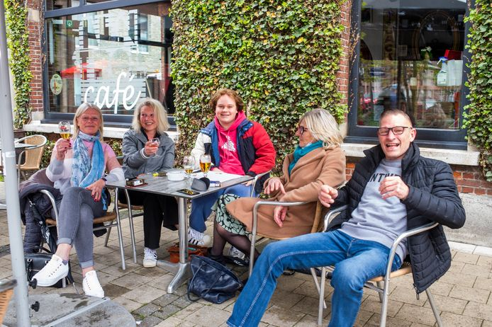 Familiebubbel geniet van eerste pintjes op terras van café Den Trol. V.l.n.r.: Inge, Tina, Kiandro, Marina en Dries