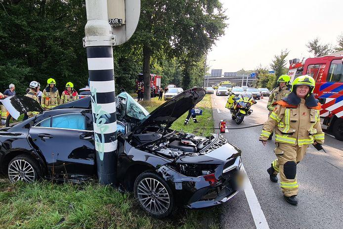 Op de Apeldoornseweg in Arnhem is vrijdagmiddag een ernstig ongeluk gebeurd.