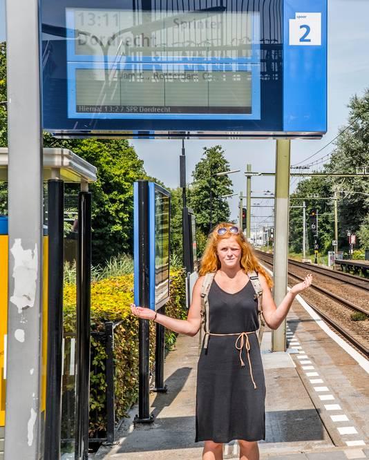 Maria voert actie voor engelstalige omroepberichten op station Delft-Zuid