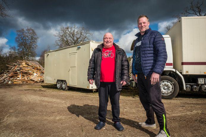 Peter Olde Scholtenhuis (55) en Michel van den Esschert (49) moeten op stel en sprong camping De Beekhorst in Epe verlaten.