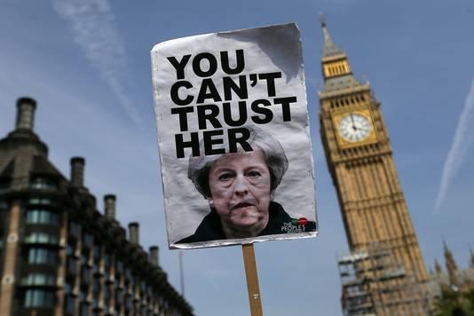 Ook Theresa May staat onder druk vanwege de brand.