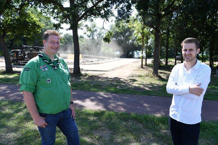 Ruud van Egdom en Harvey de Bont voor het terrein waar de nieuwbouw komt met de Nionplas op de achtergrond.