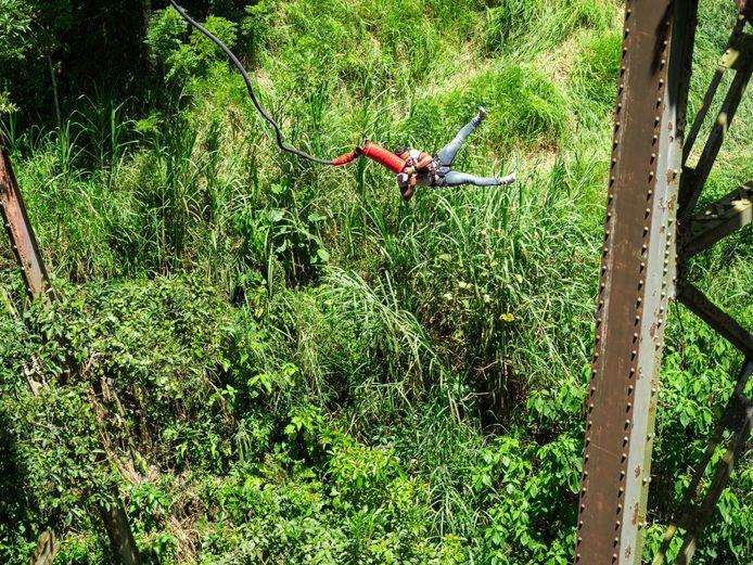 Het viaduct in Amagá is een populaire plek voor bungeejumpers in Colombia. Deze illustratiefoto werd op 18 juli 2021 gemaakt waarbij een persoon zich veilig waagt aan de sprong.