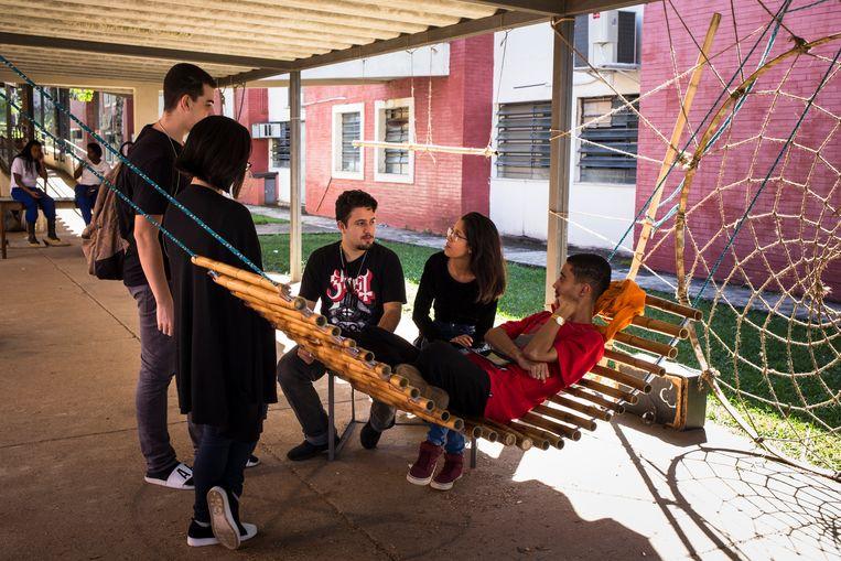 Architectuurstudenten, onzeker over de toekomst van hun studie. Beeld Valda Nogueira