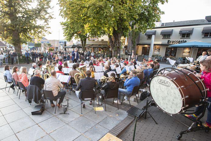 Op het plein voor de Schildkerk trad muziekvereniging Wilhelmina donderdagavond op samen met beiaardier Jan-Geert Heuvelman.