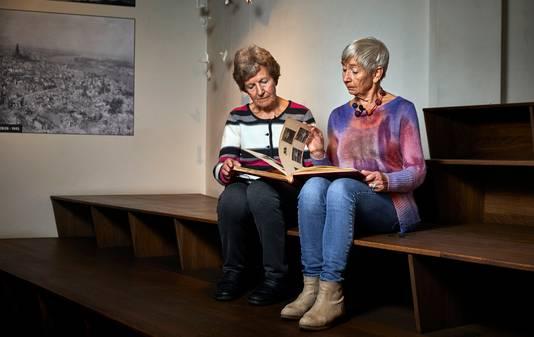 Johanna (links) en Renske Swart bladeren door het fotoalbum met familiekiekjes.