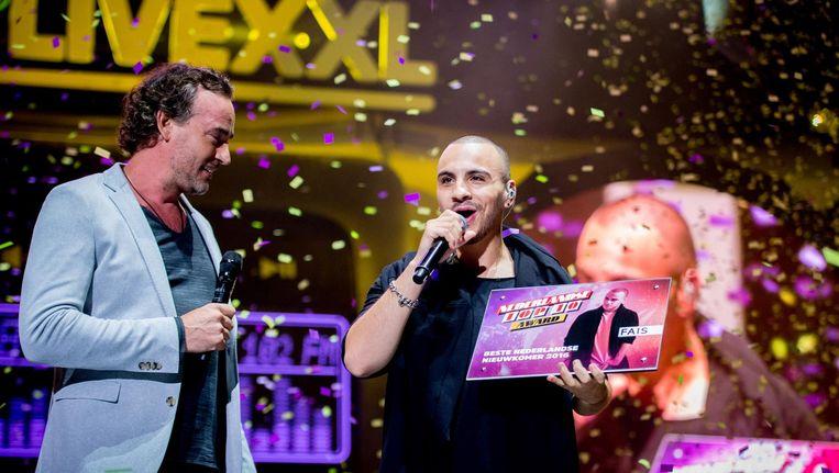 Fais ontvangt de award voor Beste Nederlandse nieuwkomer 2016 in de Ziggo Dome Beeld anp