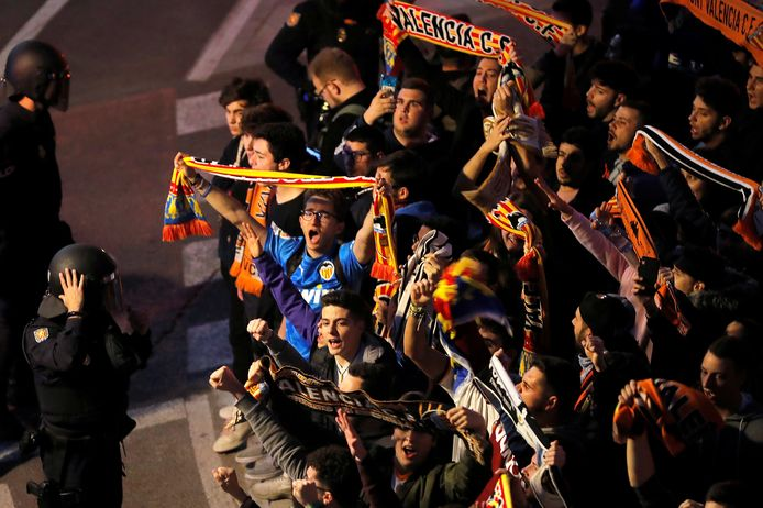 Het stadion bij Valencia-Atalanta is vanwege de coronacrisis al leeg, buiten komen fans alsnog samen.