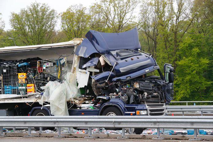 Een vrachtwagen schampte langs een truck op de vluchtstrook en werd helemaal opengereten
