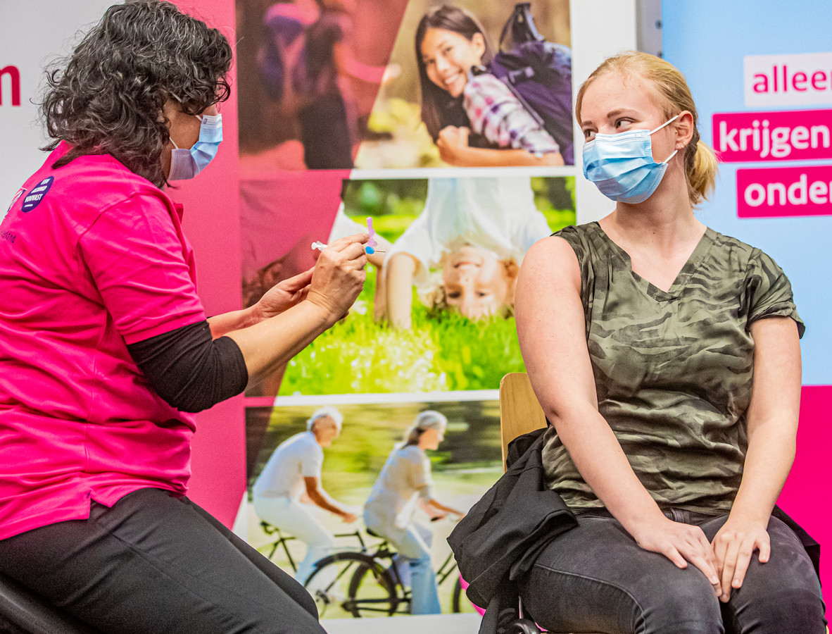 Verpleeghuispersoneel uit de Achterhoek is al wel gevaccineerd, zoals hier Kim Stemerdink van Marga Klompé, maar medewerkers in de thuiszorg nog niet.