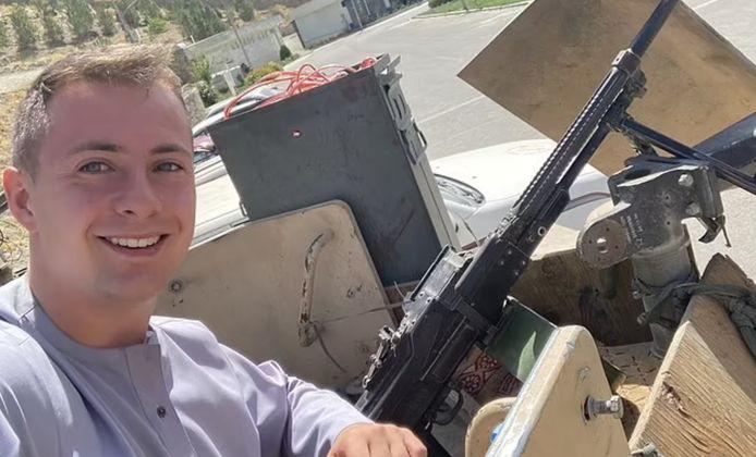 Miles Routledge maakte een selfie met de artillerie van de taliban.