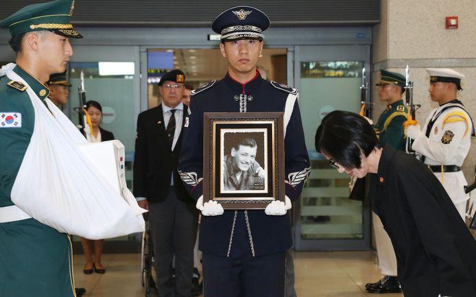 De as van Joop Aldewereld wordt ontvangen op de luchthaven van Seoel door Pee Woo-jin, minister van Zuid-Koreaanse Patriotten- en Veteranenzaken.