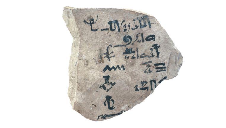 Het 9 centimeter brede steenfragment waarop het oudste alfabet ter wereld zou staan. Beeld Universiteit Leiden