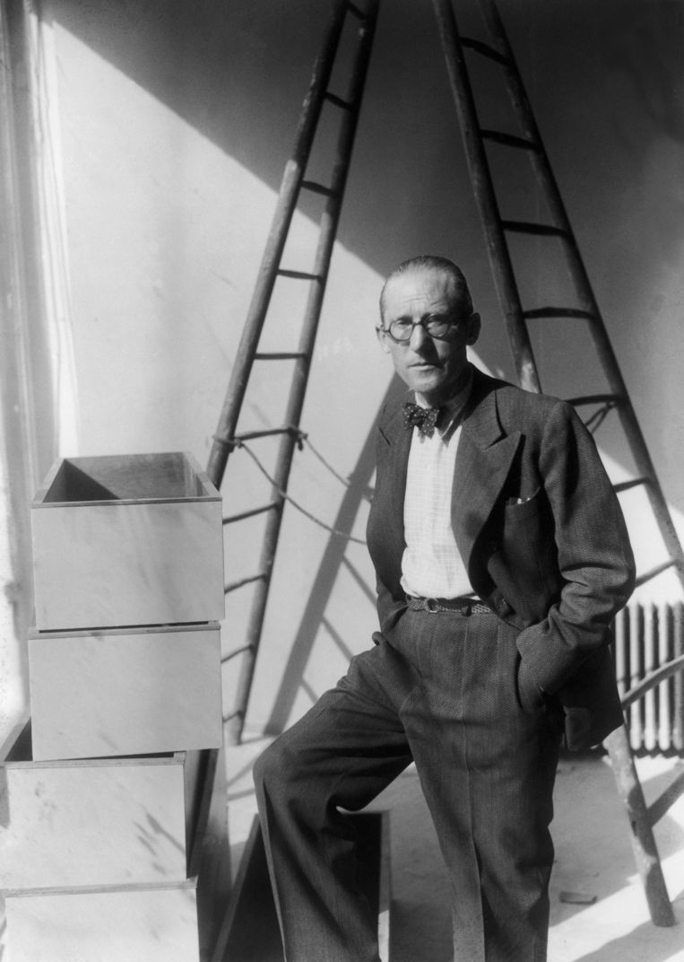 Le Corbusier op een bouwplaats in de jaren dertig.  Beeld Gamma-Keystone via Getty Images