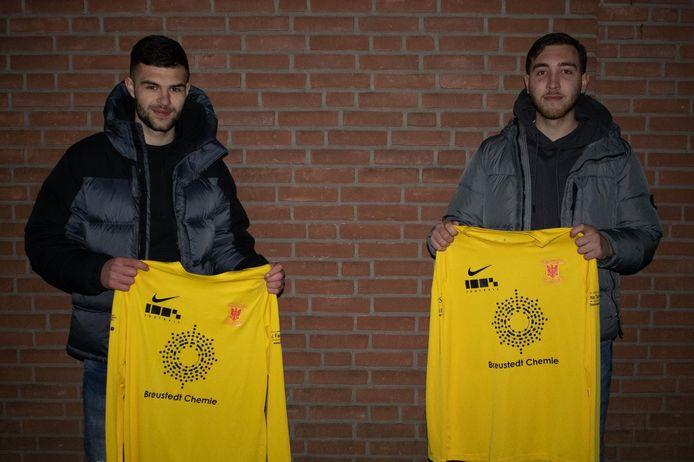 Fehim Begovic (links) en Damian Verweij met het shirt van hun nieuwe club