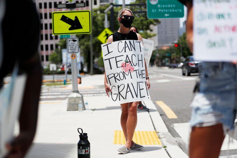 Een lerares demonstreert in Tampa tegen de heropening van scholen. Beeld Getty Images