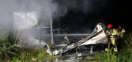 Stacaravan brandt uit op boerenerf in Netersel