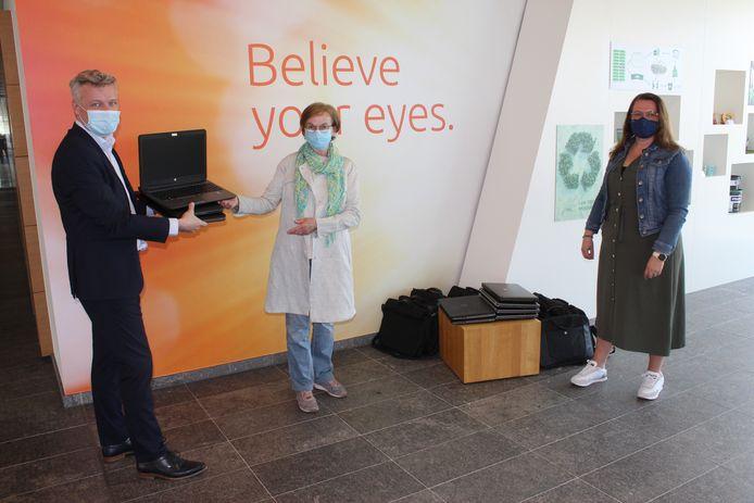 De laptops werden maandag overhandigd bij Verstraete IML in Maldegem.