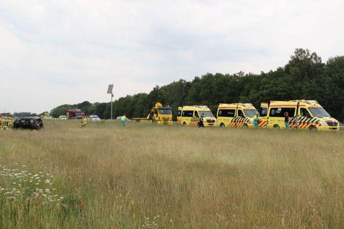 Hulpverleners bij het voertuig dat een end van de weg is afgeschoten.