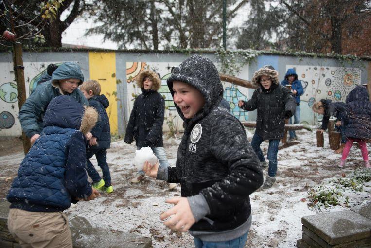 Al snel begonnen de leerlingen aan een sneeuwballengevecht.