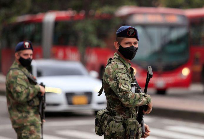 Soldaten houden de wacht in Bogota na het uitbreken van de protesten.