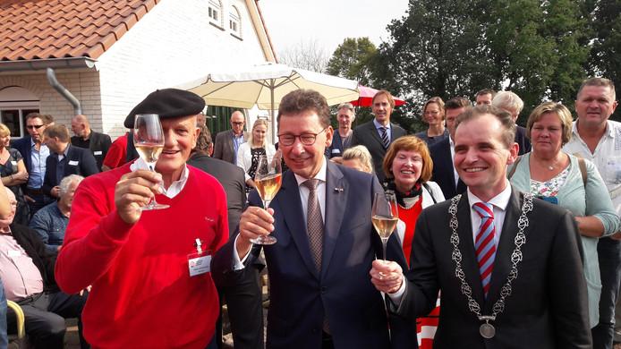 Wijnboer Freek Verhoeven, Commissaris van de Koning Clemens Cornielje en burgemeester Mark Slinkman toasten op de opening van het Nederlands Wijnbouwcentrum.