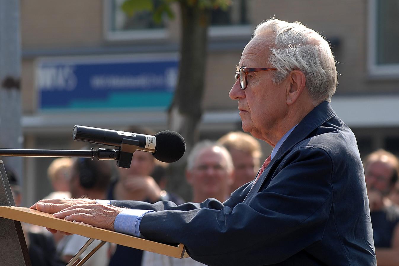 Airborneherdenking Driel in 2006.Sir Brian Urquhart, in 1944 Intelligence Officer bij de Airborne Divisie, houdt zijn toespraak bij de onthulling voor het monument ter ere van de Poolse generaal Sosabowski.