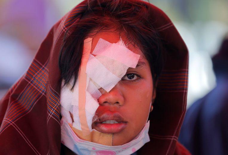 Een gewond meisje is provisorisch behandeld in een inderhaast opgezet veldhospitaal. Beeld AP