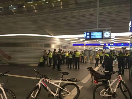 Hooligans vielen ME in Zwolle aan met slagwapens, 46 man opgepakt
