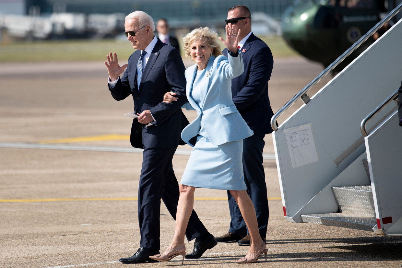 VS-president Joe Biden en first lady Jill arriveren op Heathrow, in Londen.